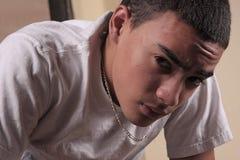 Portrait des die Stirn runzelnden Jugendlichen Stockfoto