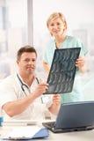 Portrait des Doktors und der Krankenschwester im Büro Lizenzfreies Stockbild