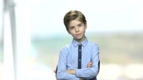 Portrait des durchdachten kleinen Jungen stock footage