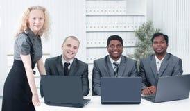 Portrait des employés dans le lieu de travail dans le bureau Photographie stock libre de droits