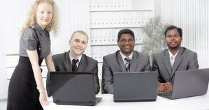 Portrait des employés dans le lieu de travail dans le bureau Image libre de droits