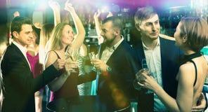Portrait des employés de bureau de sourire avec le champagne Images libres de droits