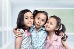 Portrait des enfants asiatiques ayant l'amusement ensemble Photos libres de droits