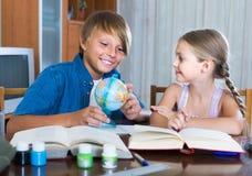Portrait des enfants avec des manuels et des notes Image stock
