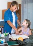 Portrait des enfants avec des manuels et des notes Images stock