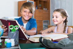 Portrait des enfants avec des manuels et des notes Photographie stock libre de droits