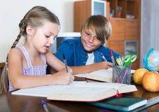 Portrait des enfants avec des manuels et des notes Photographie stock