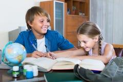 Portrait des enfants avec des manuels et des notes Photos stock
