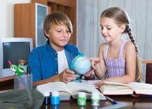 Portrait des enfants avec des manuels et des notes Photos libres de droits