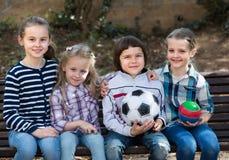 Portrait des enfants avec la boule extérieure Photo stock