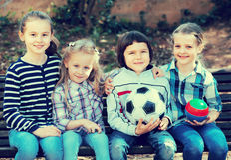 Portrait des enfants avec la boule extérieure Photo libre de droits