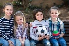Portrait des enfants avec la boule extérieure Photos stock
