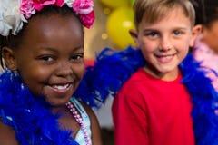 Portrait des enfants avec le boa de plume Photographie stock
