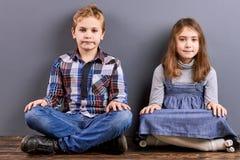 Portrait des enfants avec les jambes croisées Photo libre de droits