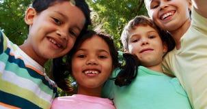 Portrait des enfants ayant l'amusement dans le parc clips vidéos