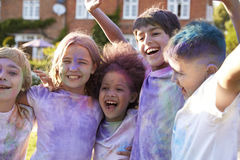 Portrait des enfants célébrant le festival de Holi Photographie stock libre de droits