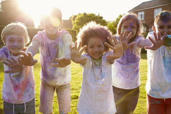 Portrait des enfants célébrant le festival de Holi Image libre de droits