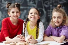 Portrait des enfants heureux à l'école Images stock