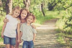 Portrait des enfants heureux qui se tenant en parc au jour Photo libre de droits
