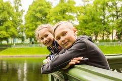 Portrait des enfants heureux un jour ensoleillé lumineux Photos stock