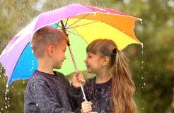 Portrait des enfants mignons avec le parapluie Photo stock