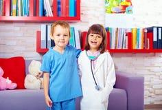 Portrait des enfants mignons jouant des médecins Photo libre de droits