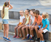 Portrait des enfants passant le temps extérieur et jouant des charades Image libre de droits