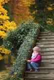 Portrait des enfants s'asseyant sur les escaliers images stock