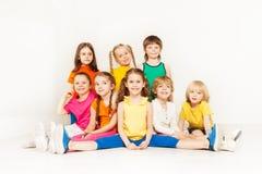 Portrait des enfants sportifs heureux posant ensemble Images stock