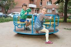 Portrait des enfants sur le carrousel Image libre de droits