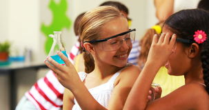 Portrait des enfants tenant le flacon de laboratoire dans le laboratoire clips vidéos