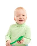 Portrait des entzückenden frohen Jungen mit Spielzeugschaufel Lizenzfreies Stockfoto