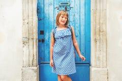 Portrait des entzückenden kleinen Mädchens Stockfotos