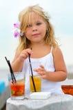 Portrait des entzückenden kleinen Mädchens mit Saft Stockbild