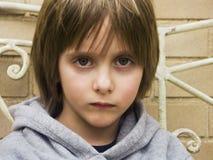 Portrait des ernsten jungen Jungen stockfotos