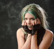 Portrait des erschrockenen Mädchens mit dem grünen Haar Stockfotos