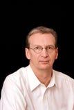 Portrait des fälligen Mannes gegen einen schwarzen Hintergrund lizenzfreie stockfotos
