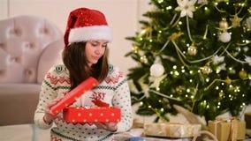 Portrait des femmes dans la boîte de Santa Hat Is Opening Present L'arbre de Noël est sur le fond Concept d'an neuf heureux clips vidéos