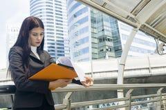 Portrait des femmes de l'Asie d'affaires dans le sentiment de l'effort de concentré Images libres de droits