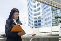 Portrait des femmes de l'Asie d'affaires dans le sentiment de l'effort de concentré Image libre de droits