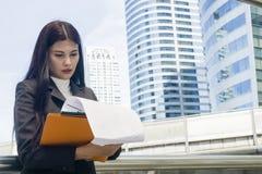 Portrait des femmes de l'Asie d'affaires dans le sentiment de sûr Images stock
