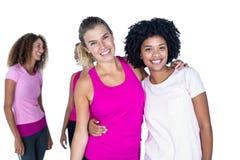 Portrait des femmes gaies avec des bras autour Photo libre de droits