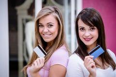 Portrait des femmes heureuses montrant leurs cartes de crédit dans le mail Photo stock