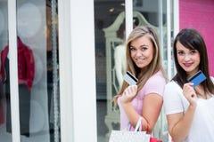 Portrait des femmes heureuses montrant leurs cartes de crédit dans le mail Images libres de droits