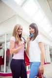 Portrait des femmes heureuses montrant leurs cartes de crédit dans le mail Images stock