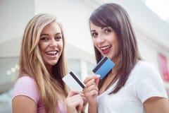 Portrait des femmes heureuses montrant leurs cartes de crédit dans le mail Photo libre de droits