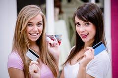 Portrait des femmes heureuses montrant leurs cartes de crédit dans le mail Photos stock