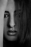 Portrait des femmes hispaniques d'un jeune regardant dans l'appareil-photo images stock