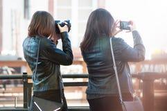 Portrait des femmes prenant une photo dans la rue de Strasbourg sur la vue arrière photo libre de droits