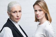 Portrait des femmes sérieuses se tenant ensemble et regardant l'appareil-photo Image libre de droits